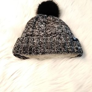 Vs hat black & white